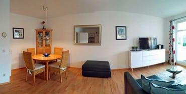 Wohnzimmer mit TV und Esstisch