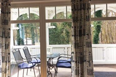 Blick auf den Balkon mit Tisch und Stühlen