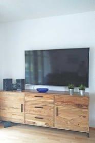 großer TV-Flachbildschirm