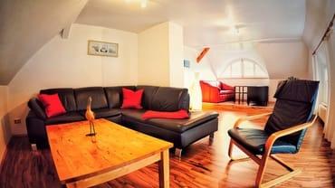 Geräumiges Wohnzimmer mit 2. Couch, die bei Bedarf zwei weitere Schlafplätze bietet