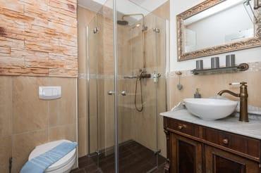 Badezimmer mit Dusche  Innenansicht 2