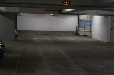 Zur Wohnung gehörender Parkplatz  in der Tiefgarage unter dem Haus