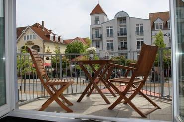 Blick über den Balkon auf die Flaniermeile Strandstraße