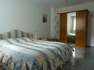Schlafzimmer von 16 qm mit getrennten 7-Zonen-Kaltschaummatratzen