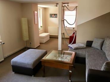 Wohnzimmer mit sep. Schlafcouch im hinteren Bereich
