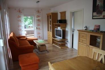 Wohnbereich mit Flachbildschirm TV und Stereoanlage