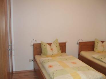 Kinderschlafzimmer mit zwei Einzelbetten (je 1,00x2,00 m), einer Naqchtkonsole und einem Kleiderschrank