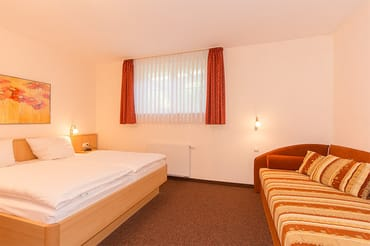 Schlafzimmer mit Aufbettung für 3 Personen