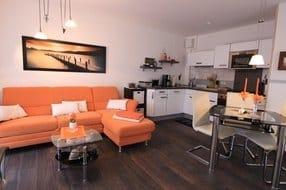Blick in Wohnzimmer und Küche
