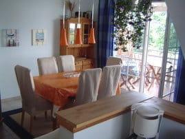 Der Wohn-/Ess-/Koch-Raum bietet 6 Personen Platz zum Essen und für Gesellschaftsspiele