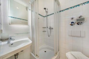Das kleine Bad bietet Dusche, Fön und WC.