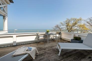 ... haben Sie einen wunderbaren Blick auf den Strand, die Ostsee und die Binzer Bucht sowie die Kreidefelsen von Saßnitz.