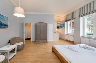 Hier der Blick vom Schlafbereich zur Küchenzeile.