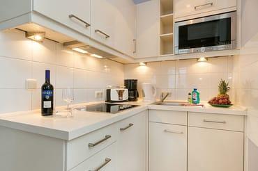 Hier im Bild die Küchenzeile mit Geschirrspüler, 4-Platten-Cerankochfeld etc.