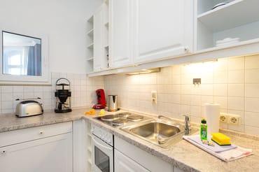 Die Küche mit Geschirrspüler, Backofen, Kaffeemaschine etc. ...