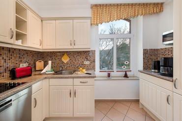 Die Küchenzeile ist optisch vom Wohnbereich getrennt.