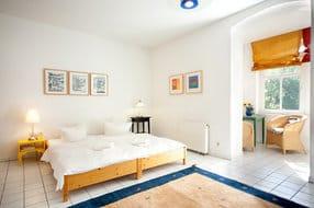 """Zur hellen, sommerfrischen Ferienwohnung """"Arti"""" gehören kostenfrei ein Strandkorb am Strand vor der Villa  (Mai-Sept) und ein Parkplatz am Haus."""