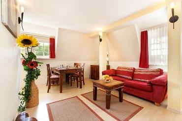 Die Couch kann ausgezogen werden und ist für 1 Erwachsenen oder 2 Kinder geeignet.