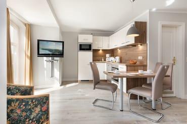 Die Küchenzeile ist komplett ausgestattet mit Geschirrspüler, Cerankochfeld, Backofen ...