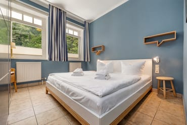 Das Schlafzimmer mit Doppelbett ...