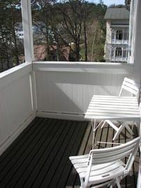 Das Appartement D303 liegt im 3. Stock. Vom Balkon blicken Sie auf die  historischen Häuser.