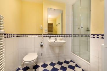 Das schöne Bad bietet Ihnen Dusche, Fön und WC.