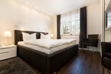 Dieses Schlafzimmer hat ein Doppelbett, ein 2. TV-Gerät, einen großen Kleiderschrank, Kommoden  und Außenrolläden für komplette Verdunklung.