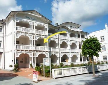 Die Villa Seeadler liegt direkt am feinen weißen Badestrand von Binz, wo auch ein Strandkorb für Sie bereitsteht (Mai-Sep).