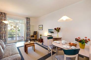 Das Wohnzimmer mit TV, Radio, kostenfreiem WLAN-Anschluß und Couch mit Schlaffunktion.