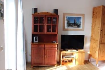 Fernseh- und HiFi-Ecke mit einer kleinen DVD-Sammlung