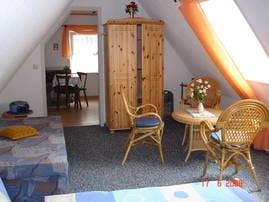 Schlaf-Wohnraum mit Blick zur Küche