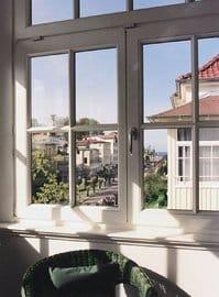 Vom Wintergarten (Erker) des Appartements blicken Sie in die Ferne.  Am Horizont sehen Sie das Meer.