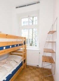 Das kleine Zimmer mit den Etagenbetten ist besonders für Kinder interessant.