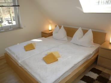 Schlafzimmer mit Einbauschrank und TV