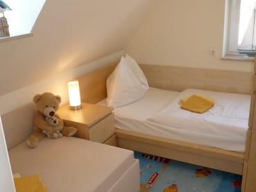 Kinderzimmer mit zwei vollwertigen Einzelbetten