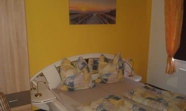 Schlafzimmer mit Rollo und Pollen-/fliegengitter...