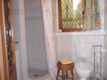 Separates Bad mit Dusche und WC