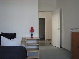 Die Fewo  D201 Typ D301 hat zwei Zimmer und eine separate Küche mit Essplatz. Alle Räume gehen vom kleinen Flur ab. Bezogene Betten sind bei uns selbstverständlich.
