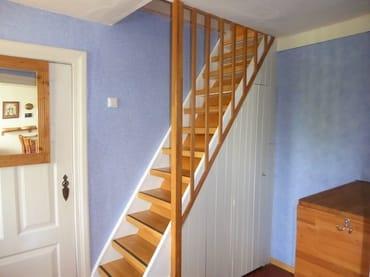 Flur und Treppe, etwas steil.