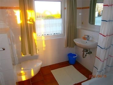 geräumiges Bad mit Waschtisch, WandWC und Dusche