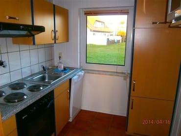Sep. Küche mit 4 Plattenherd,Backofen, Mikrowelle,Toaster,Kaffeemaschine,Abzugshaube und Kühlschrank mit 3Sterne Gefrierfach