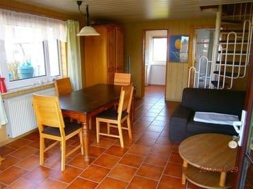 Grosser Wohnbereich mit Esstisch und gemütlicher Eckcouch