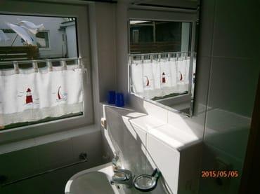 Grosses Fenster im Bad,Lichtdurchflutet und grosse Ablage über dem Waschtisch