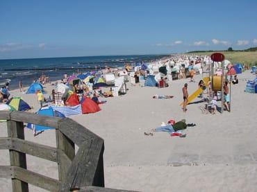 Der Strand mit Strandkörben, abgeteilten FKK - und Hundestrand, vielen Spielmöglichkeiten