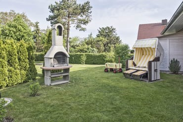 Garten mit Strandkorb, Grillkamin und Sandkasten