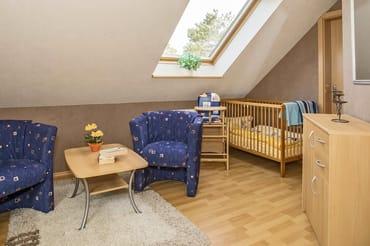 Schlafzimmer II i, OG mit Sitzecke und Babybett