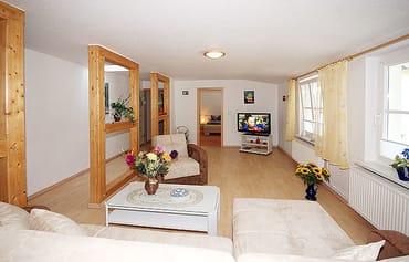 Flachbild-TV und Blick ins Schlafzimmer