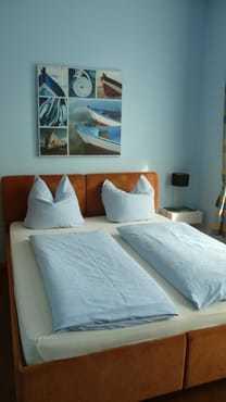 Schlafzimmer mit Doppelbett (160 cm x 200 cm) sowie einer ausziehbaren Schlafcouch für max. 1 Kind