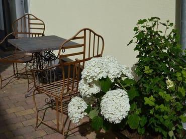 Sitzecke im begrünten Innenhof