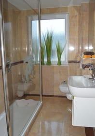 Marmorbad mit Walk-In-Dusche und WC